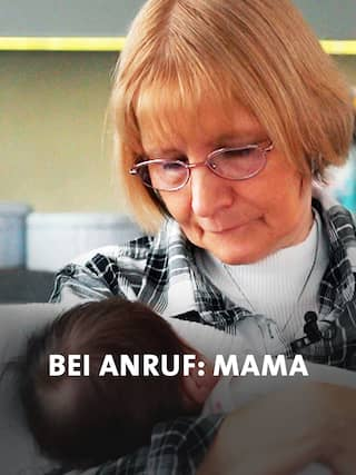 Kurzzeitpflegerin Elke Baumann mit Baby im Arm; Quelle: rbb Presse & Information
