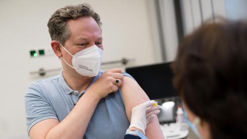 Arzt und Wissenschaftsjournalist Eckart von Hirschhausen beim Impfen