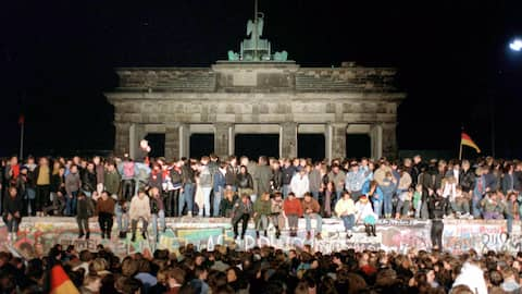 WDR 5 ZeitZeichen DIE MAUER FÄLLT ( 09.11.1989) Eine Sendung von Thomas Klug , am (09.11.04), 09.05 - 09.20 Uhr. Jubelnde Menschen auf der Berliner Mauer am Brandenburger Tor feiern die Öffnung der innerdeutschen Grenze am 9. November 1989.