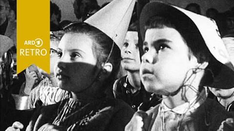 ARD Retro erwartungsvolle Kinder bei Kinderfest in den 1960er Jahren