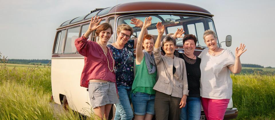 v.li. Agnes Schütte, Susanne Stein, Julia Maisch, Rosa Bucheli, Anke Gerhardt und Marion Bohner vor dem Landfrauenbus.