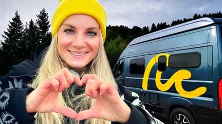 Reporterin Maike Tschorn vor einem Camper