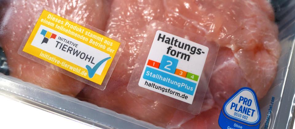 Fleisch als Lebensmittel Das rohe Fleisch von einer Pute mit der Kennzeichnung Haltungsform Stallhaltung Plus