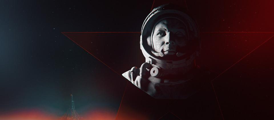 Ein Mann im Raumfahranzug vor schwarzem Hintergrund