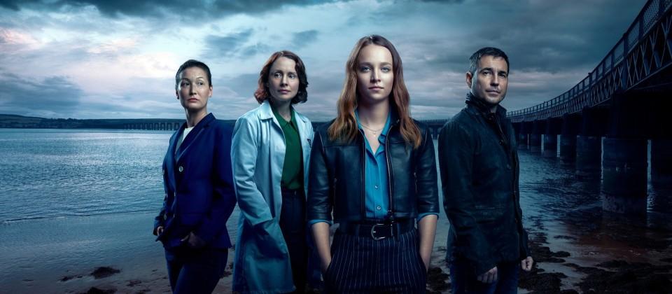 Kathy Torrance (Jennifer Spence), Sarah Gordon (Laura Fraser), Emma Hedges (Molly Windsor) und Daniel MacAfee (Martin Compston).