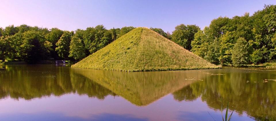 Seepyramide im Schlosspark Branitz - Cottbus, Bild: imago images / Rainer Weisflog
