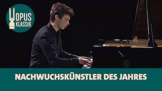 Pianist Robert Neumann spielt Chopin-Etüden am Flügel