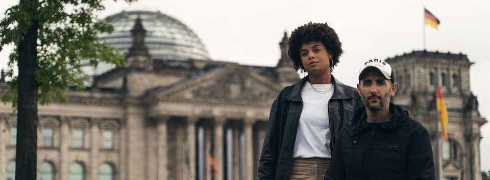 Zwei Personen vor Bundestag