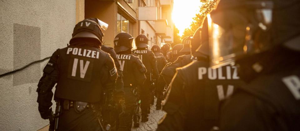 Revolutionäre 1. Mai Demo, Polizisten und Demonstranten an der Rigaer Straße Berlin
