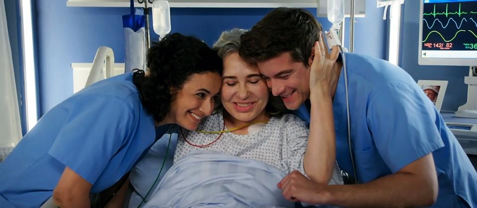Leyla, Ben und Badria in Harmonie am Krankenbett.