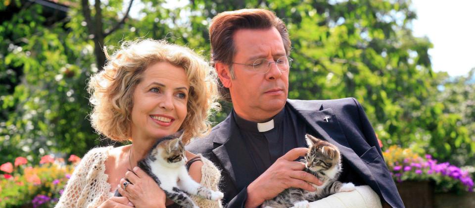 Eine Frau und ein Mann mit Kätzchen auf dem Arm