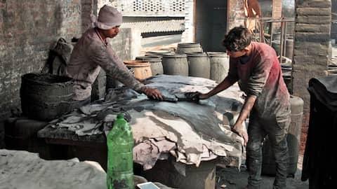 Arbeiter in einer indischen Lederfabrik: Billiglohn für gefährliche Arbeit