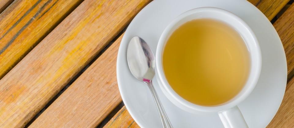 Eine Tasse Tee steht auf einem Holztisch. Quelle: Coloubox