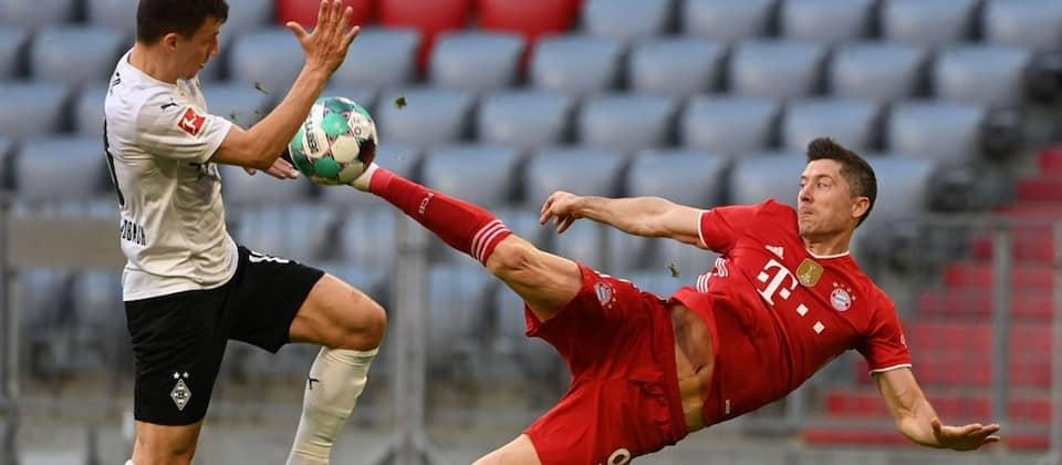Bayern Münchens Robert Lewandowski schießt das 3:0 gegen Gladbach