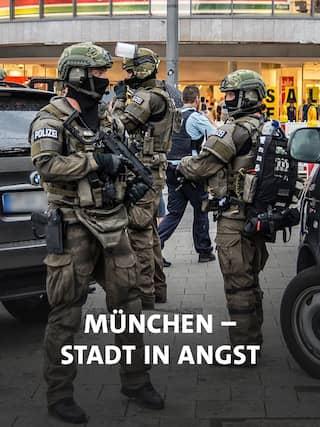 München, 22.07.2016: Schwer bewaffnete Polizisten sichern das Gelände um das Olympia Einkaufszentrum in München, nachdem dort mehrere Menschen durch einen Amokschützen verletzt udn getötet wurden.