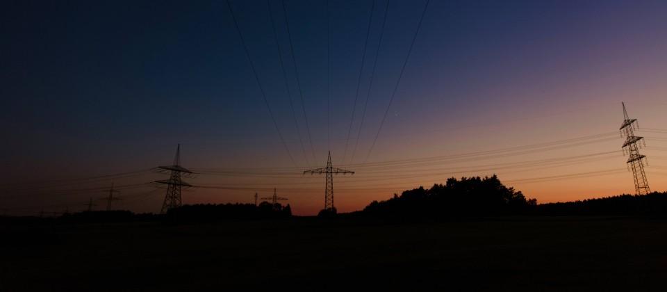 Strommasten in der Abenddämmerung. (Quelle: imago/Photocase)