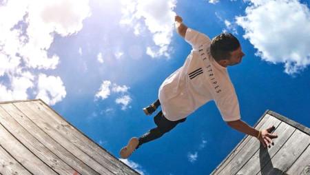 Parkours-Künstler Andreas Haug überwindet mit seinem Körper per Salto, Schraube und Sprung im Weg stehende Barrieren efffizient.