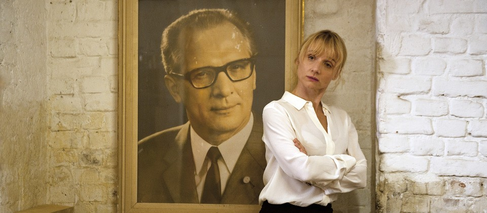 Dr. Eckart (Christina Große) kommt dem Bild von Honecker gefährlich nahe.