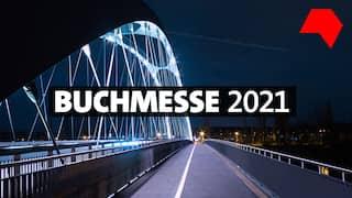 Blick auf eine beleuchtete Frankfurter Brücke in der Nacht. Logo: Buchmesse 2021
