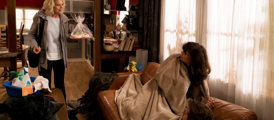 Kati (Christiane Bachschmidt, li.) merkt einfach nicht, wenn sie stört. Selbst, als sie in ein Schäferstündchen von Eva (Lucie Muhr) und Andreas (Ralph Gassmann) platzt, ist ihr das nicht peinlich.