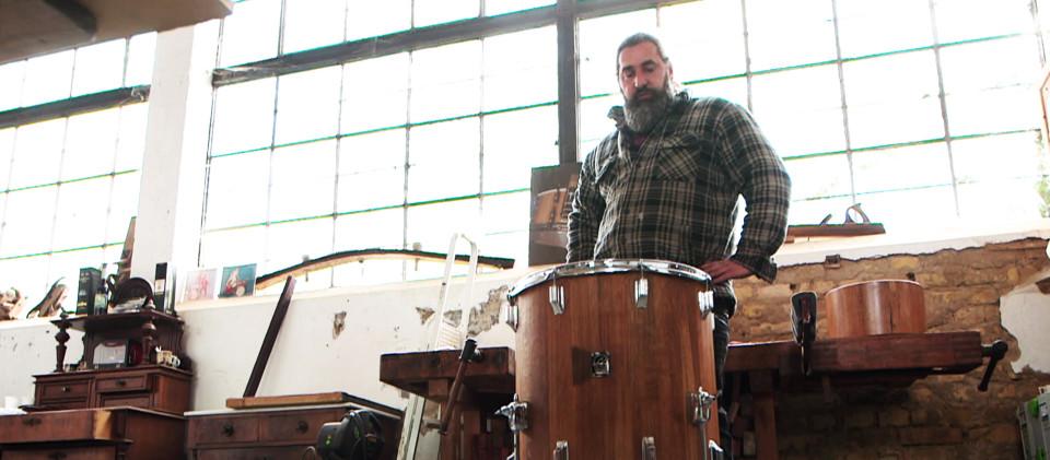 Boris Ritscher mit fertig gebautem Schlagzeug.