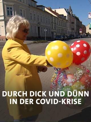 """Ute Grambauer vom Spielzeugladen """"Kids und Co."""" in Bad Freienwalde übergibt Spielzeuglieferungen; Quelle: rbb"""
