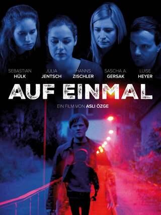 """Poster zum Thriller """"Auf einmal"""" von Asli Özge: Ein Mann irrt auf einer Straße umher, andere Filmfiguren beobachten ihn"""