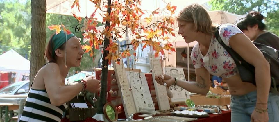Die alleinerziehende Mutter Anna (re.) auf dem Markt, für Extras ist meist kein Geld übrig.  © rbb