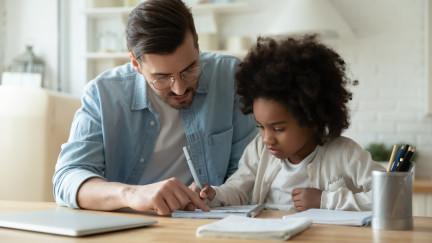 Homeschooling: Kind beim Lernen