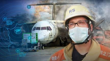 Feuerwehrmann mit Mundschutz und Helm steht vor brennendem Flugzeug, aus dem Feuer und Rauch qualmt. (Collage)