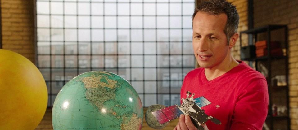 Gut zu wissen-Moderator Willi Weitzel mit einem eRosita-Miniatur-Modell in der Hand.