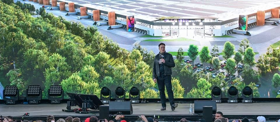 Elon Musk, Tesla-Chef, steht zum Tag der offenen Tür auf eine Bühne der Tesla Gigafactory.