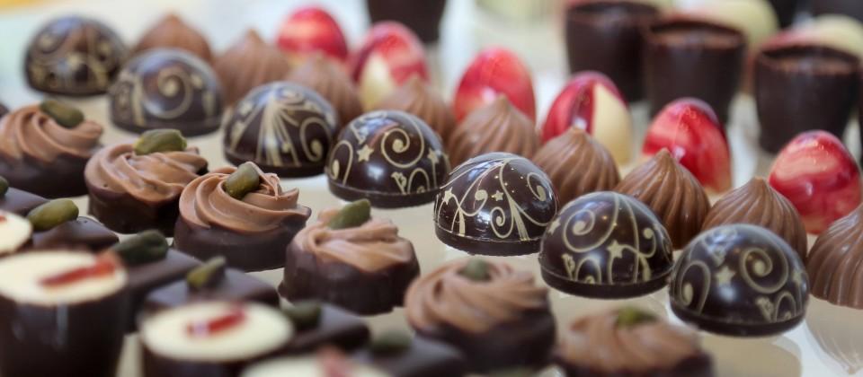 Unterschiedliche Pralinen werden auf einer Messe präsentiert. (Quelle: imago images / Karina Hessland)