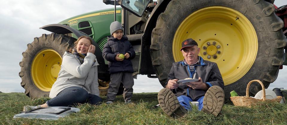 Klaus Strüven mit seiner Schwiegertochter Imke und einem Nachbarsjungen.