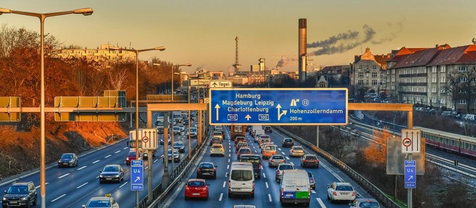 Zähfließender Verkehr auf der Stadtautobahn A100. (Bild: imago images / Schöning)
