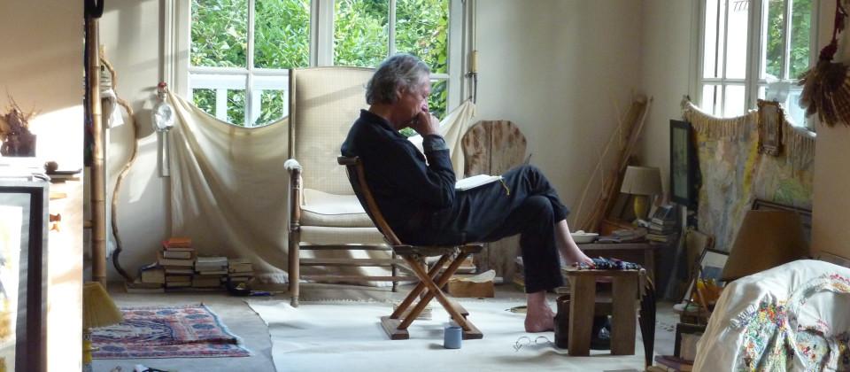 Peter Handke im Profil auf einem Stuhl sitzend