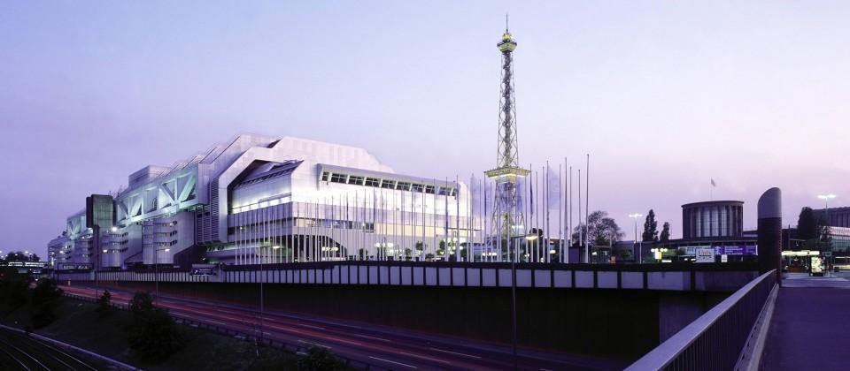 Das Messegelände am Funkturm in der Abenddämmerung. (Quelle: imago images / Günter Schneider)