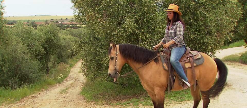 Eine Reiterin unterwegs in Andalusien