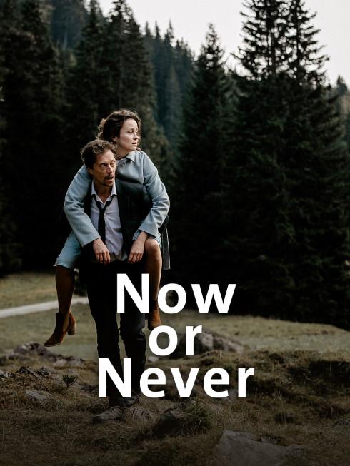 Henry (Michael Pink) trägt Rebecca (Tinka Fürst) auf dem Rücken.