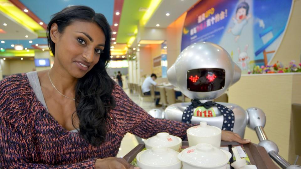 """Im """"Robot Restaurant"""" in China kochen und bedienen Roboter. Shini Somara mit einer """"Bedienung"""" in Shanghai."""