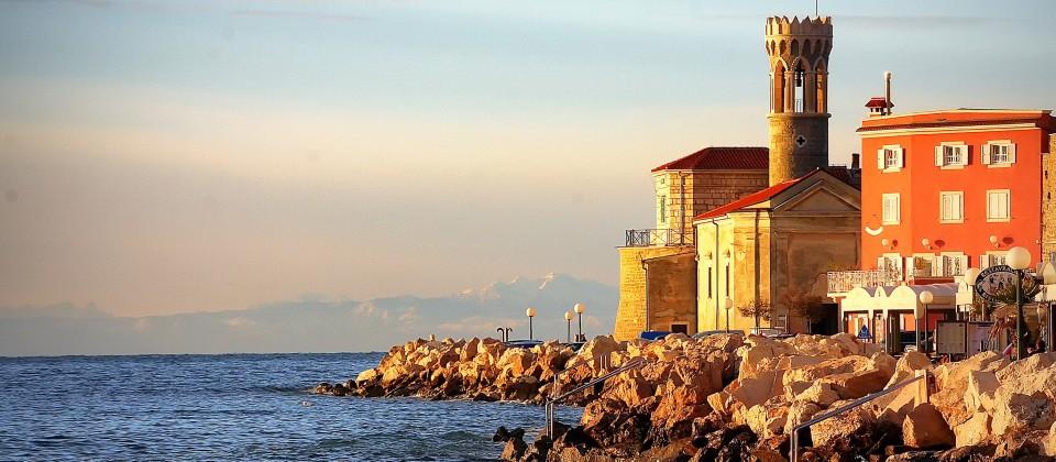 Blick auf die Kirche San Clemente in Piran an der Slowenischen Riviera.