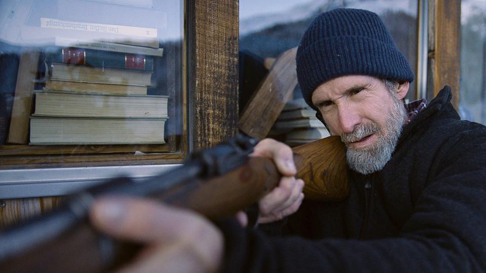 Krimifilm Mann Gewehr Feind