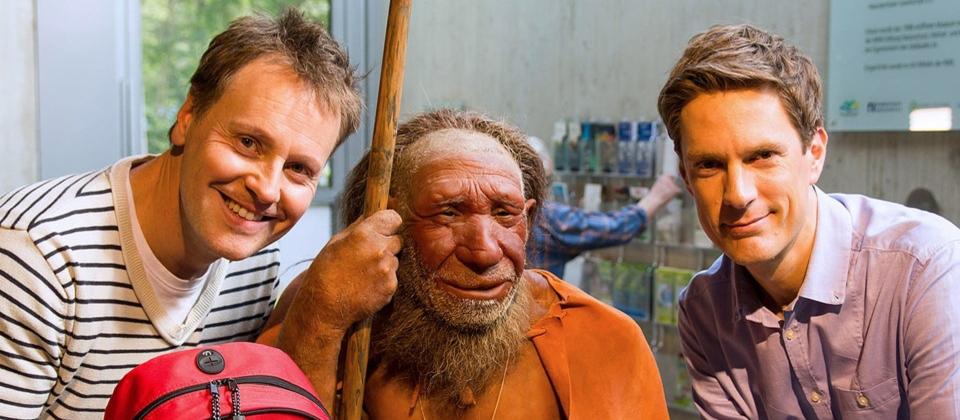 Moderator Stefan Pinnow und Sven Lorig (r) mit einer Neandertalerfigur