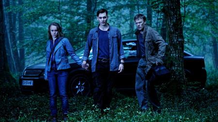Milou (Rick Okon) hat einen Platz, an dem er und Danne (Sebastian Hülk) sich mit ihrer Geisel Leni (Anke Retzlaff) verstecken können: bei seiner jenischen Sippe im Wald.