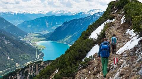 Wanderer in den Alpen mit Blick auf den Achensee.