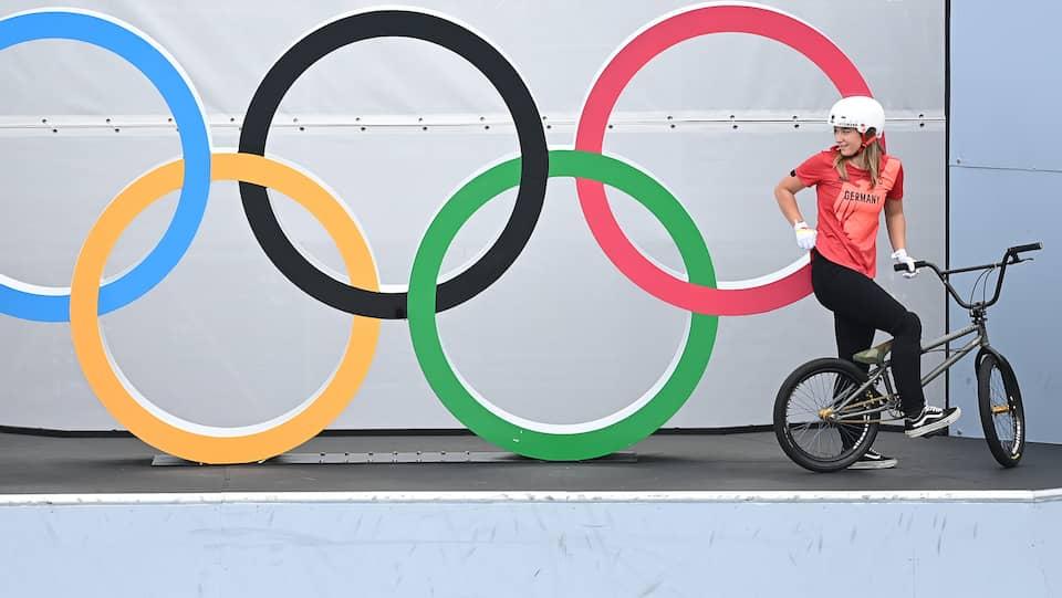 Lara Lessmann (r) und Rebecca Gruhn aus Deutschland stehen an den olympischen Ringen auf dem Kurs für BMX Freestyle.