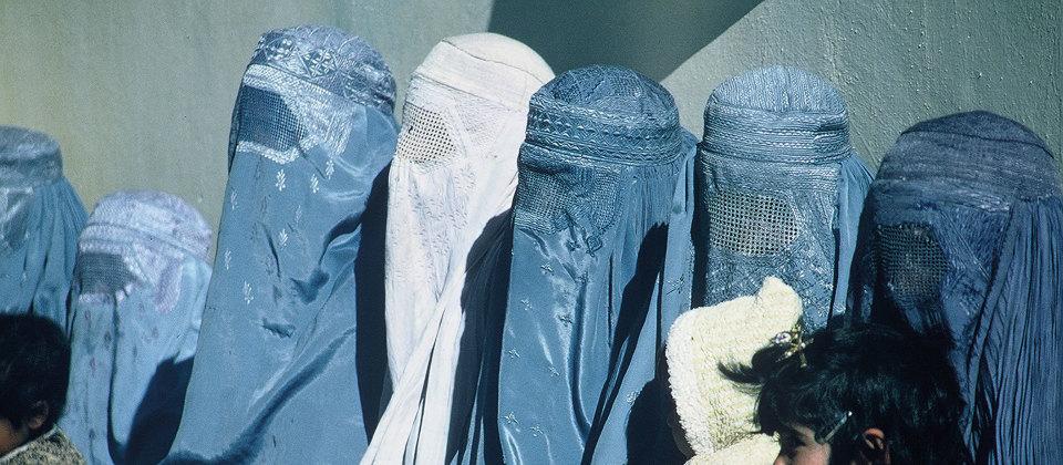 Verschleierte afghanische Frauen mit Kindern