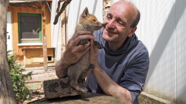 Wildtierpfleger Jürgen Meyer mit Fuchs.
