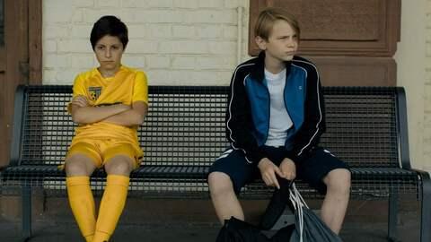Ben (Yoran Leicher) findet Tariq (Sobhi Awad) am Bahnhof nachdem dieser während eines Punktspiels weggelaufen ist