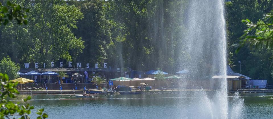 Blick auf das Strandbad am Weißen See im Berliner Stadtteil Weißensee mit der Fontäne